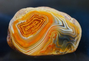 Formation of agate and features of the structure